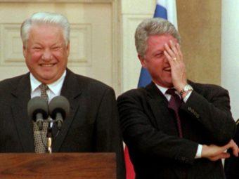 Клинтон смеется фото