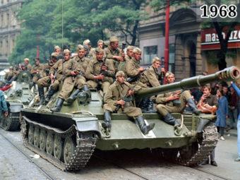Фото советские военнослужащие на бронетехнике 1968 год Чехословакия