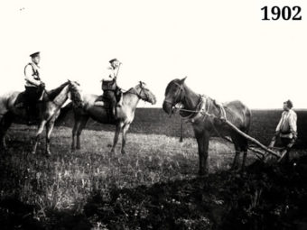 Фото полицейский запрещает крестьянину пахать землю своего помещика, 1906 год