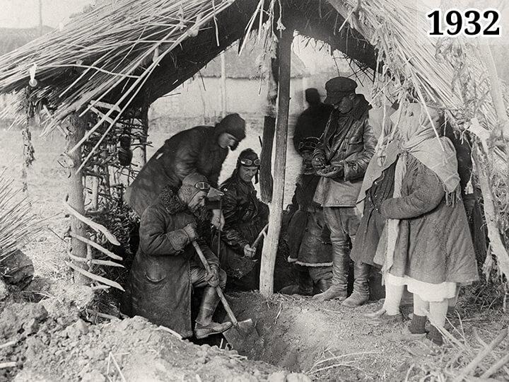 Фото 1933 год Бригада специальной комиссии по хлебозаготовкам откапывает крестьянское зерно в ямах-схронах