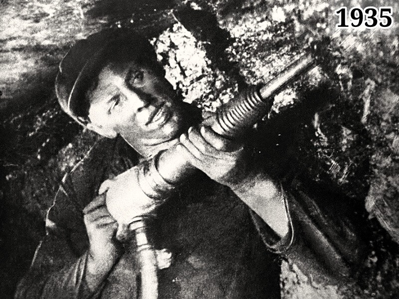Фото шахтёр Алексей Стаханов в забое 1935 год