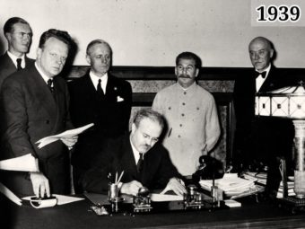 Фото Председатель СНК СССР Молотов подписывает Договор о ненападении между Германией и СССР