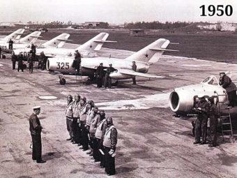 Фото Инструктаж советских летчиков-истребителей на аэродроме перед боевым вылетом