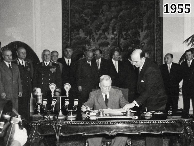 Фото председатель Совета министров СССР Николай Булганин подписывает Варшавский договор. 14 мая 1955