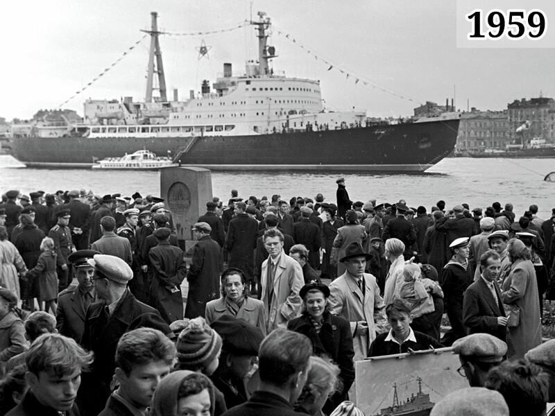 Фото ленинградцы и стоящий на Неве атомный ледокол «Ленин», 1959 год