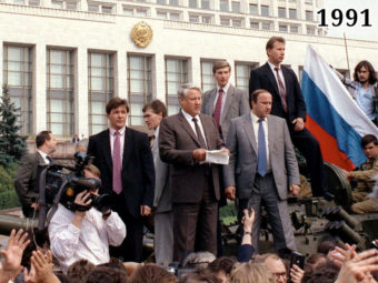 Фото Ельцин во время выступления у здания Верховного Совета РСФСР, 19 августа 1991 года