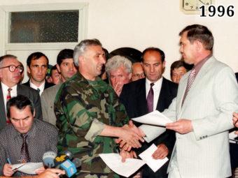 Фото подписание Хасавюртовских соглашений, Масхадов, Лебедь. Хасавюрт, 31 августа 1996 года