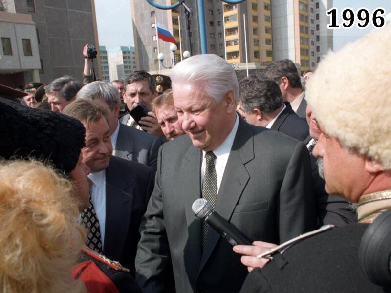 Фото Борис Ельцин встречается и избирателями. Краснодар, 15 апреля 1996 года