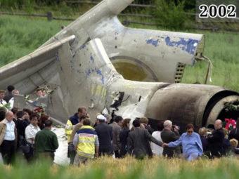 Фото родственники жертв катастрофы у обломков ТУ-154, Германия