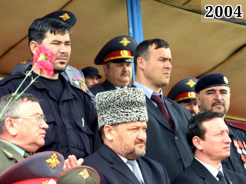 Фото Ахмат Кадыров на трибуне стадиона Динамо. Грозный, 9 мая 2004 года