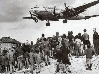"""Фото """"изюмный бомбардировщик"""" над Берлином 1948 год"""