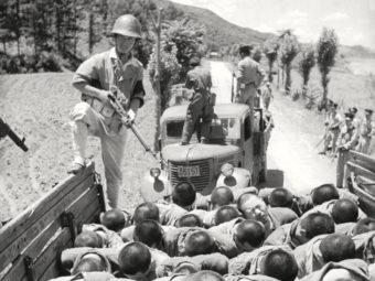 Фото пленных Южнокорейских солдат везут к точке обмена военнопленными, 1953 год.