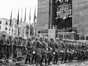 Фото франкисты маршируют перед трибуной диктатора Франко. Мадрид, 1939 год