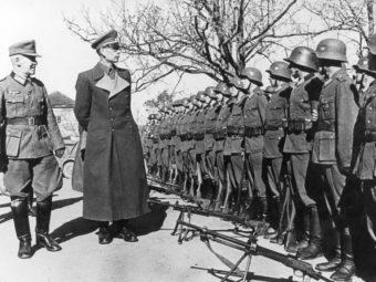 Фото генерал Власов инспектирует солдат РОА