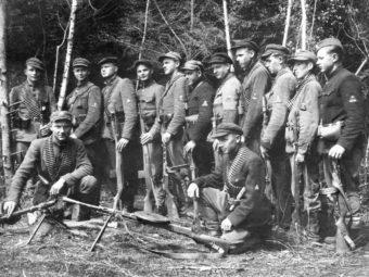 Фото групповой снимок членов одного из отрядов литовского бандподполья «лесных братьев», 1945 год
