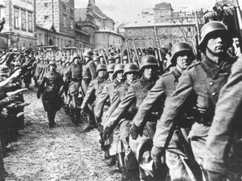Фото части Вермахта маршируют по пражским улицам, 1939 год