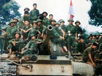 Фото солдаты Вьетконга на северовьетнамском танке Т-54, Сайгон, 1975 год